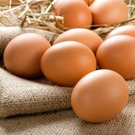 12 ovos caipiras de galinhas criadas soltas na fazenda do Sr. Rogério