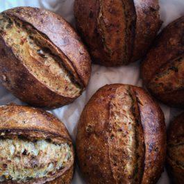 Pão de parmesão fresco com nozes e figo