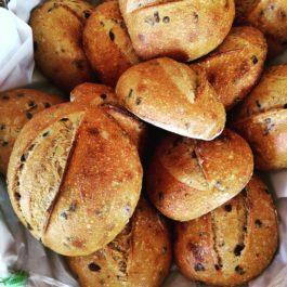 Pão de azeitonas pretas com orégano fresco