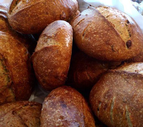 Pão de fermentação natural de batatas tostadas azeitonas pretas