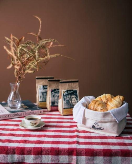 Kit 3: Cumbuca em tecido para pães e biscoitos, com guardanapo e 03 pacotes de cafés. 2