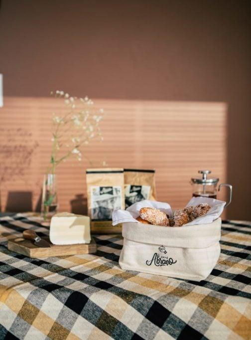 Kit 1 : Cumbuca em algodão cru para pães e biscoitos, com guardanapo e 02 pacotes de Café Abraçor 2