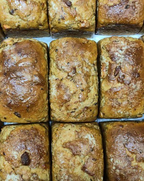 Pão de fermentação natural de ameixa e canela